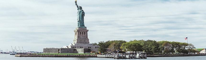 New Yorkin kuuluisa nähtävyys Vapaudenpatsas